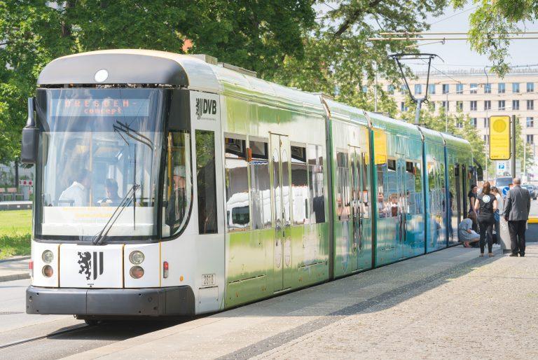 Tram an der Haltestelle