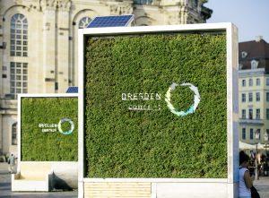 CityTree (Begrünung mit Sitzgelegenheit ) auf dem Dresdner Neumarkt mit DDc Logo